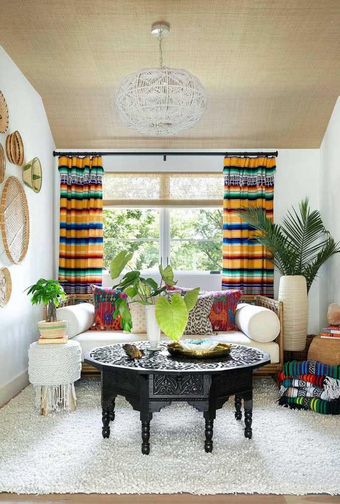 Uma base neutra para a cortina colorida listrada