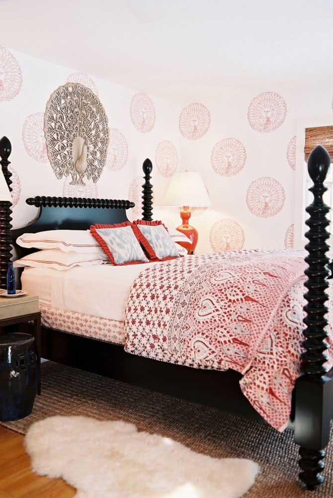 Nesse quarto, a decoração indiana aparece em detalhes refinados