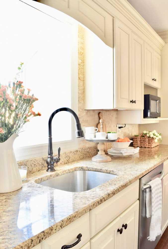 Pia de granito amarelo para uma cozinha branca de marcenaria clássica