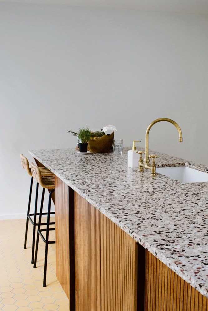 Em ambientes minimalistas, a granulação natural do granito é o destaque