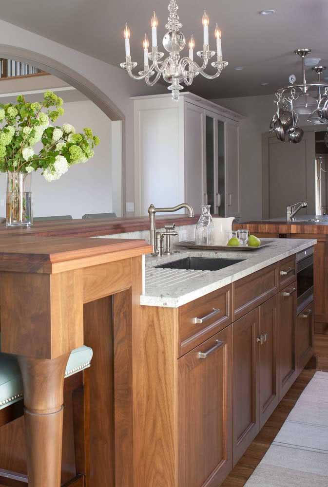 Cozinha clássica de madeira com pia de granito: uma combinação que sempre dá certo