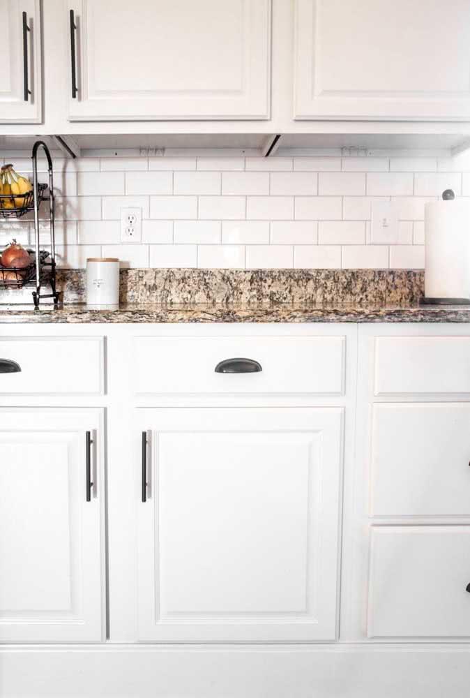 Uma pia de granito marrom para garantir o contraste com os móveis brancos
