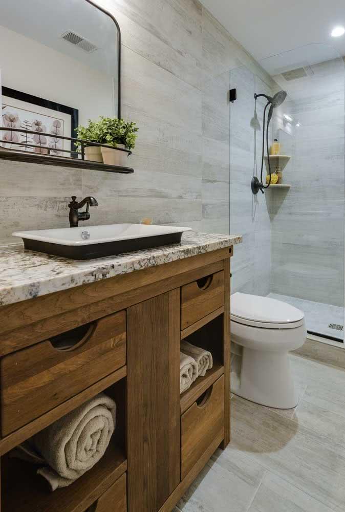 Combine os revestimentos cerâmicos com a pia de granito do banheiro