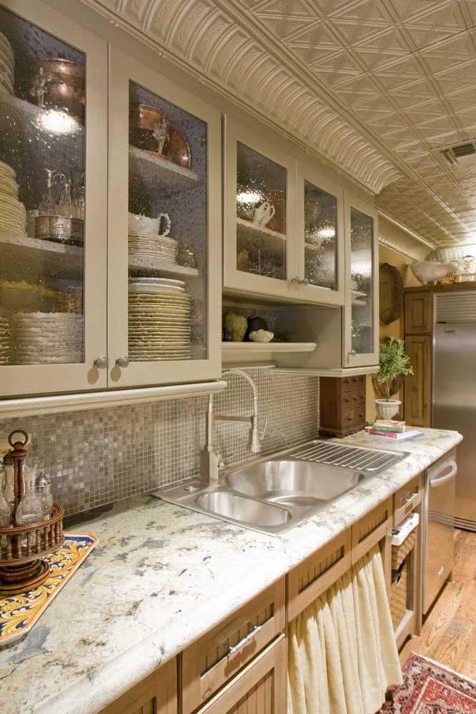 Cozinhas clássicas sempre vão bem com pias de granito