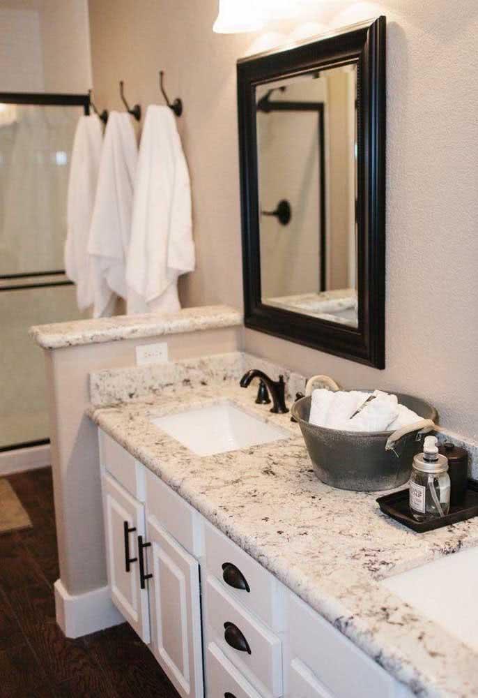 Já no banheiro, a pia de granito faz companhia ao pequeno balcão que também foi revestido com a pedra