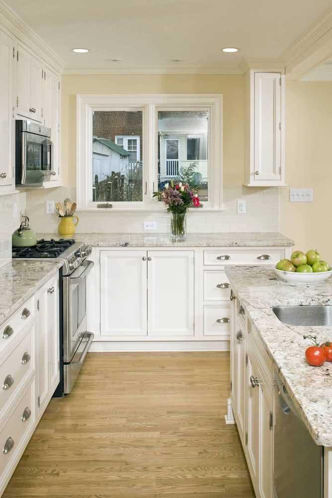 Cozinha com pia e ilha de granito