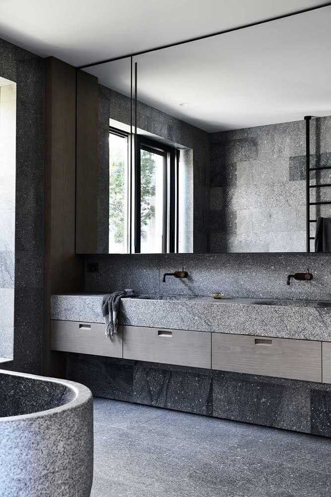 Granito cinza na pia, no piso e até na banheira