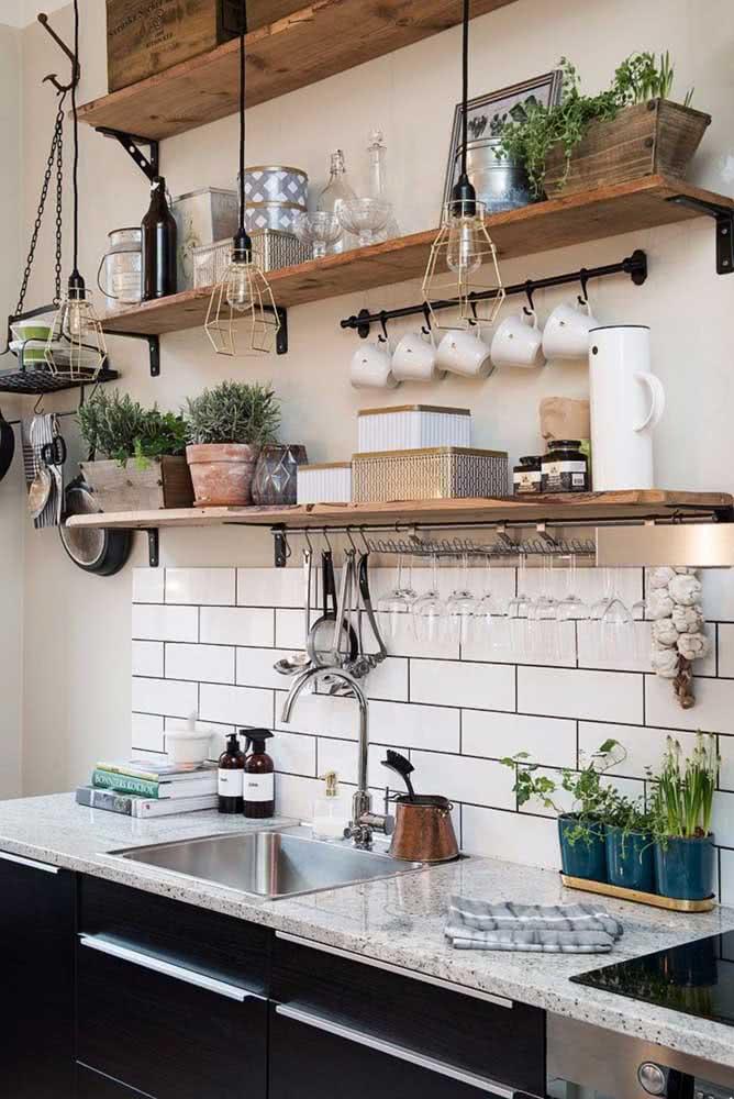 Pia de cozinha moderna com granito cinza. Repare que os pontilhados da pedra se harmonizam com os detalhes em preto da decoração