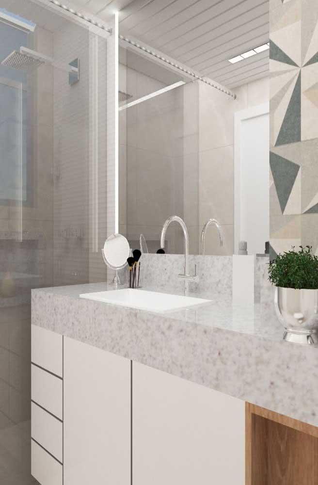 Uma pia de granito branco para valorizar o banheiro contemporâneo