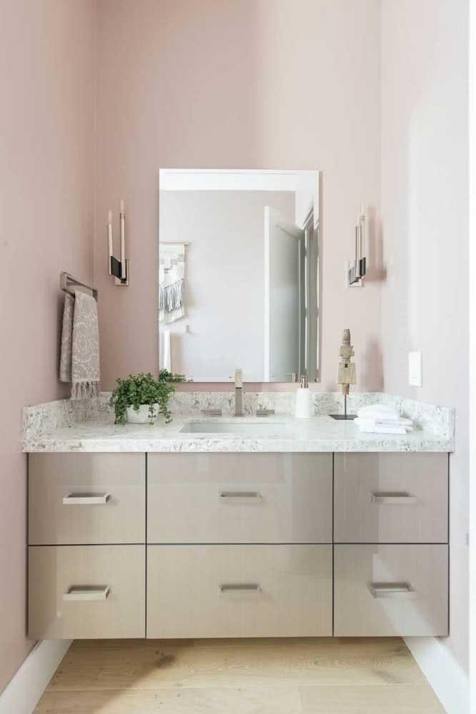 O banheiro moderno também se harmoniza bem com o granito branco
