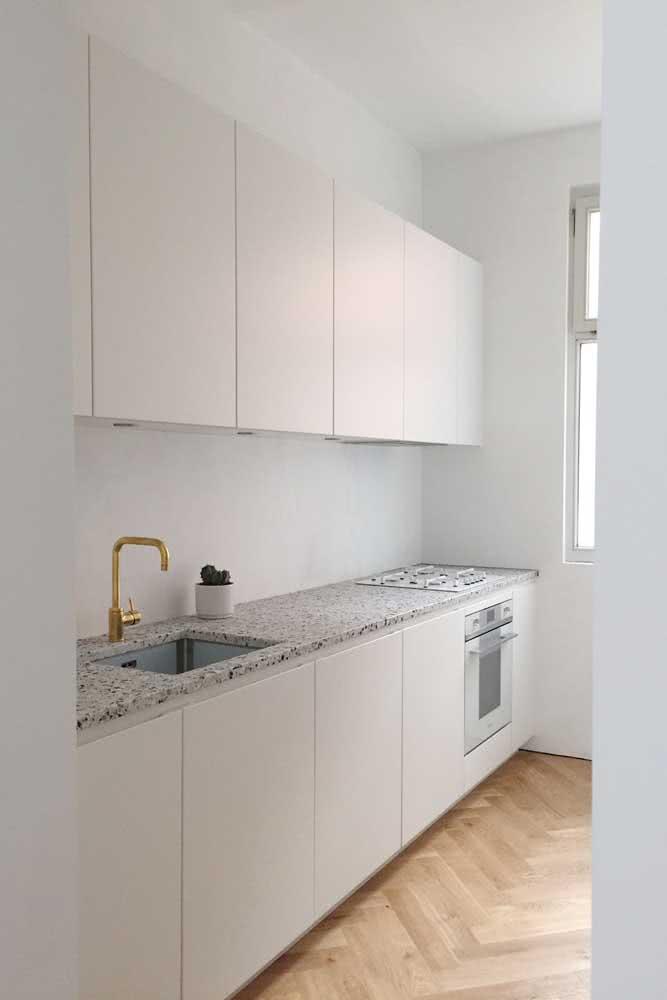A cozinha clean e minimalista foi valorizada pela pedra de granito branco e pontilhados cinza