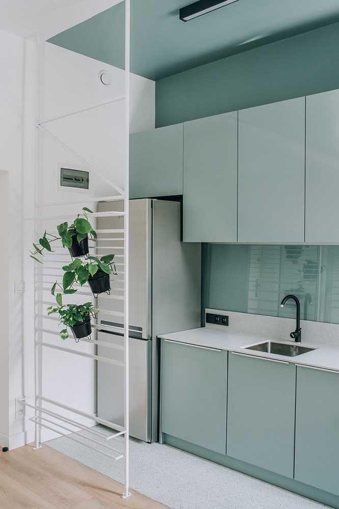 Cozinha sob medida em formato corredor. A cor única cria sensação de amplitude