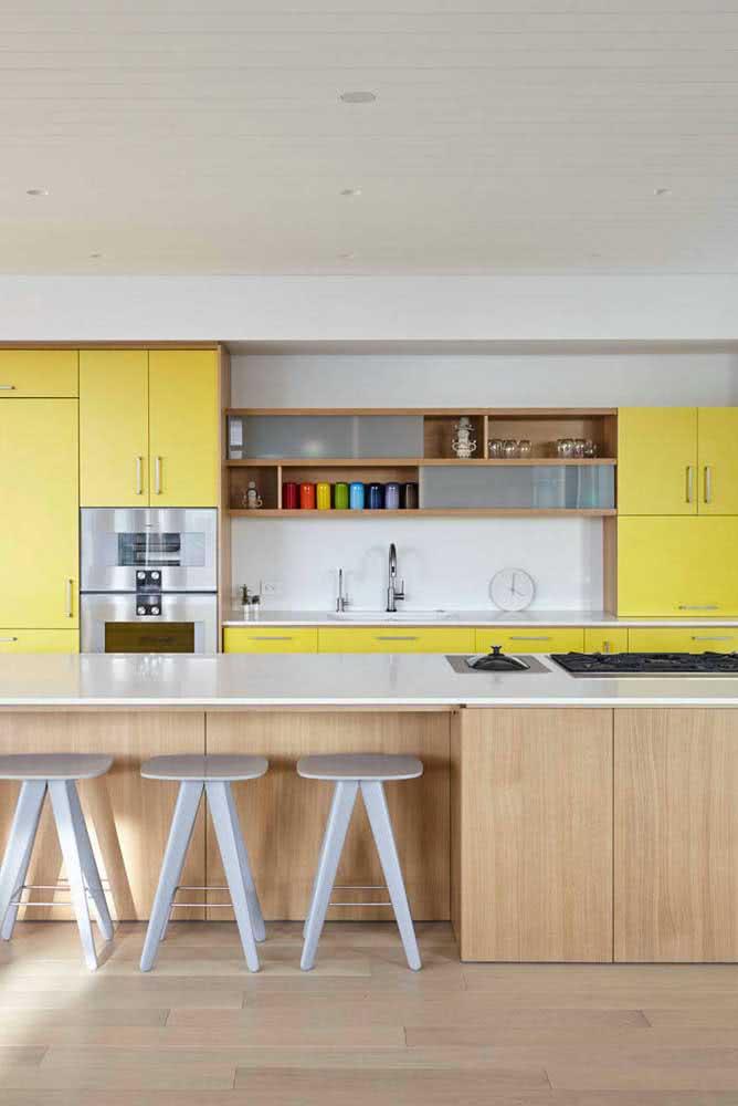 Uma cozinha sob medida ampla, iluminada e colorida
