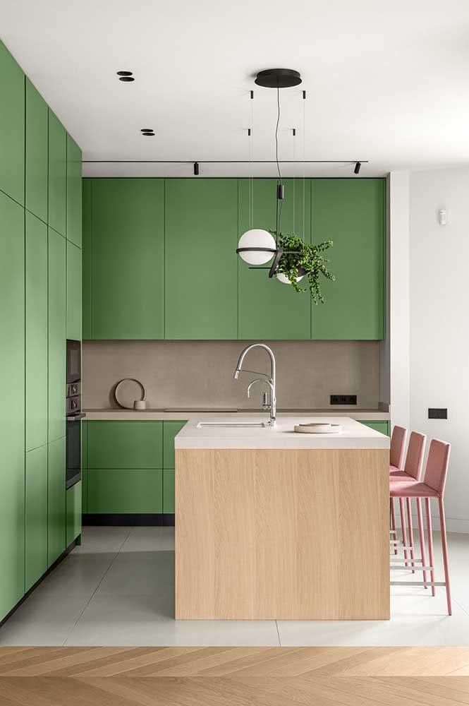 Um charme essa cozinha sob medida com armários verdes