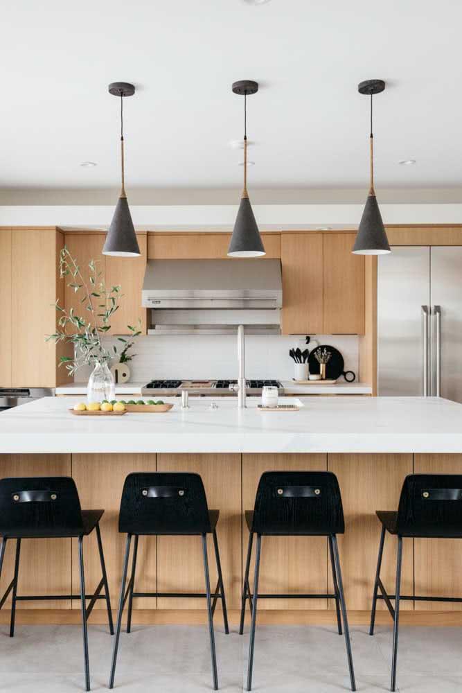 Cozinha sob medida com marcenaria de madeira clara em contraste com os revestimentos brancos