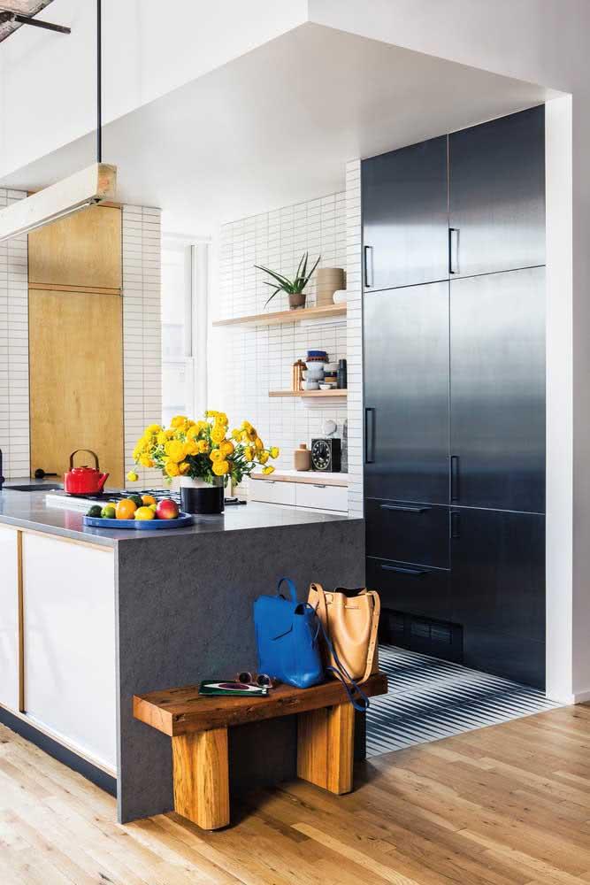 Cozinha sob medida pequena com ilha e armários planejados embutidos