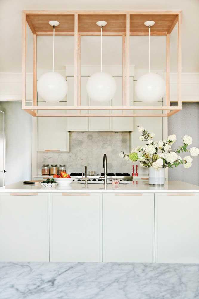 Uma cozinha clássica e sofisticada com materiais nobres