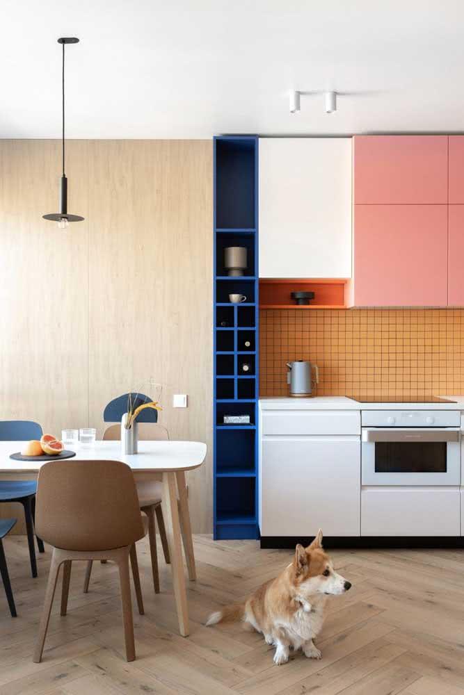 Cozinha sob medida integrada. Destaque para o uso das cores