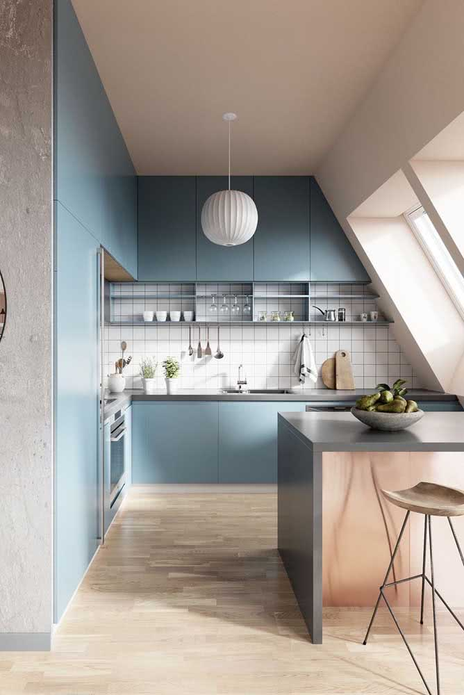 Uma cozinha sob medida para acompanhar a arquitetura do teto