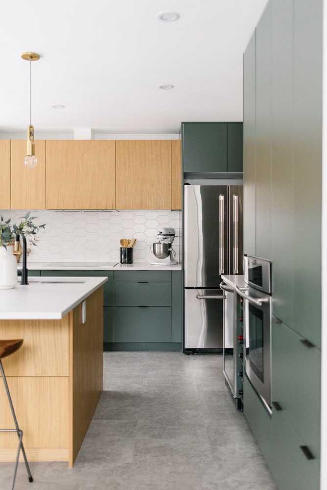 Experimente ousar e combinar cores fora do padrão, como a madeira clara e esse verde acinzentado