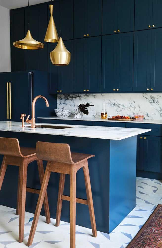 Que tal uma cozinha sob medida toda azul? Um luxo!