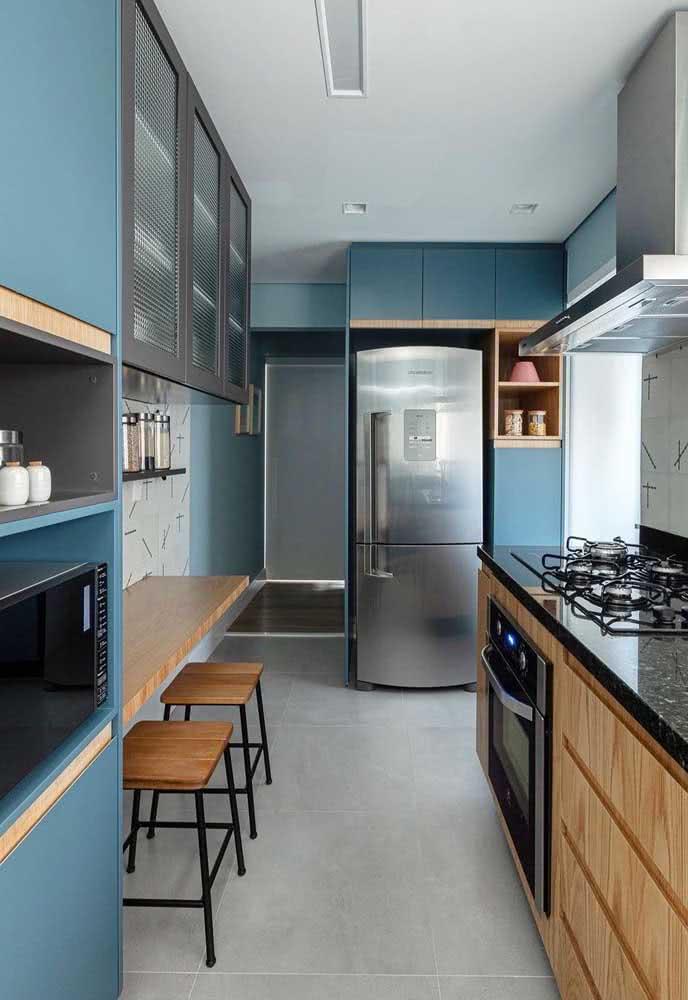 Cozinha sob medida em madeira clara e azul: uma combinação de cores para sair do padrão