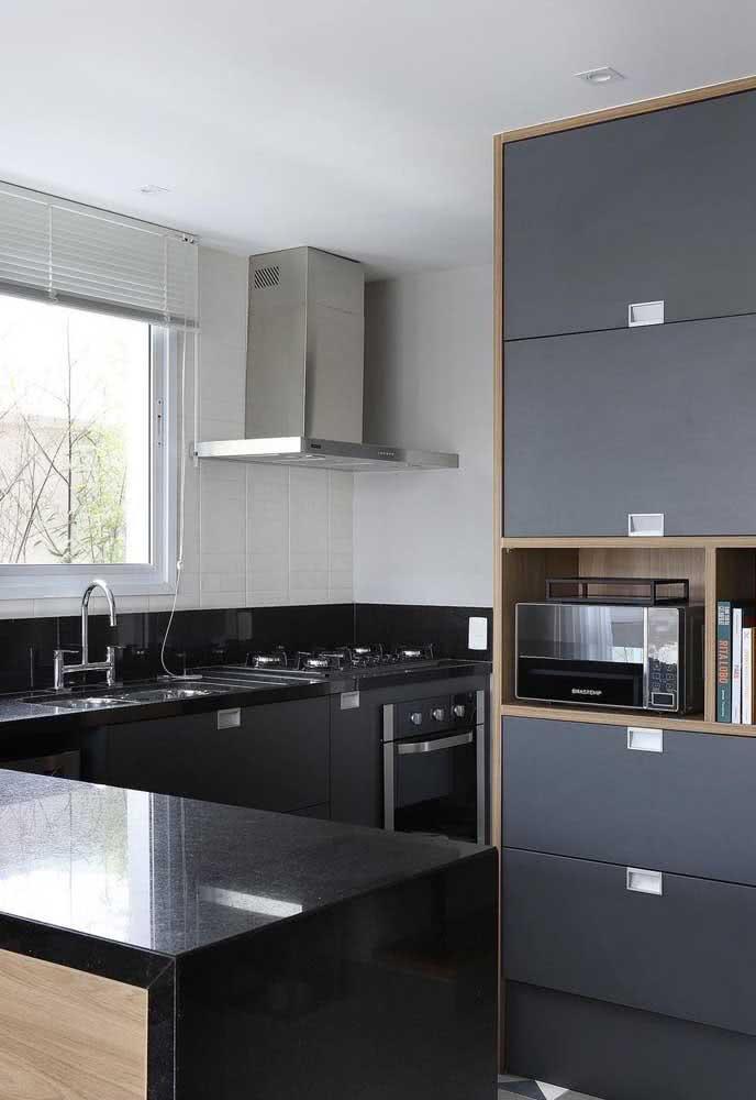 Já se a cozinha é bem iluminada, vale apostar em móveis e bancada preta
