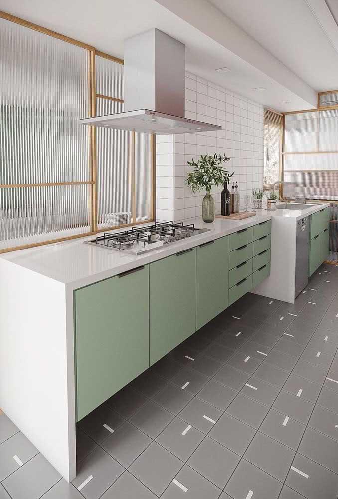 Cozinha sob medida com divisórias de vidro canelado