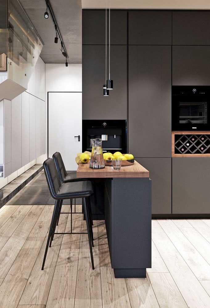 Cozinha sob medida com pé direito alto valorizado pelos armários pretos