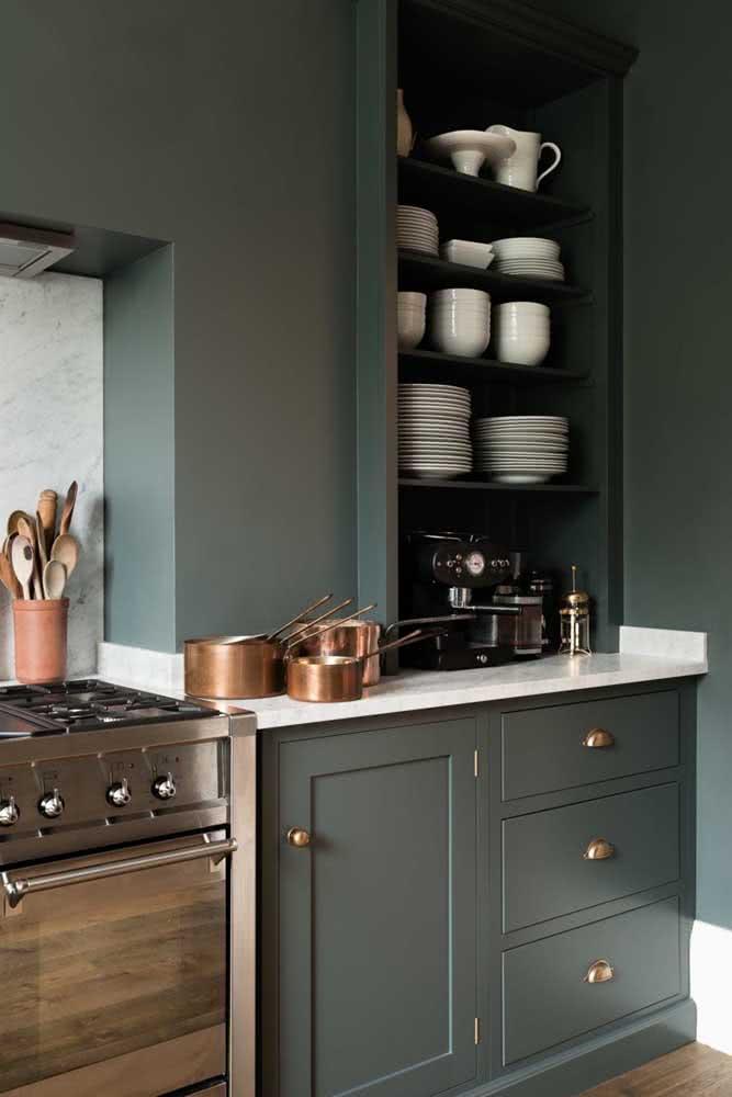 Cozinha sob medida com nicho embutido: opção para economizar espaço