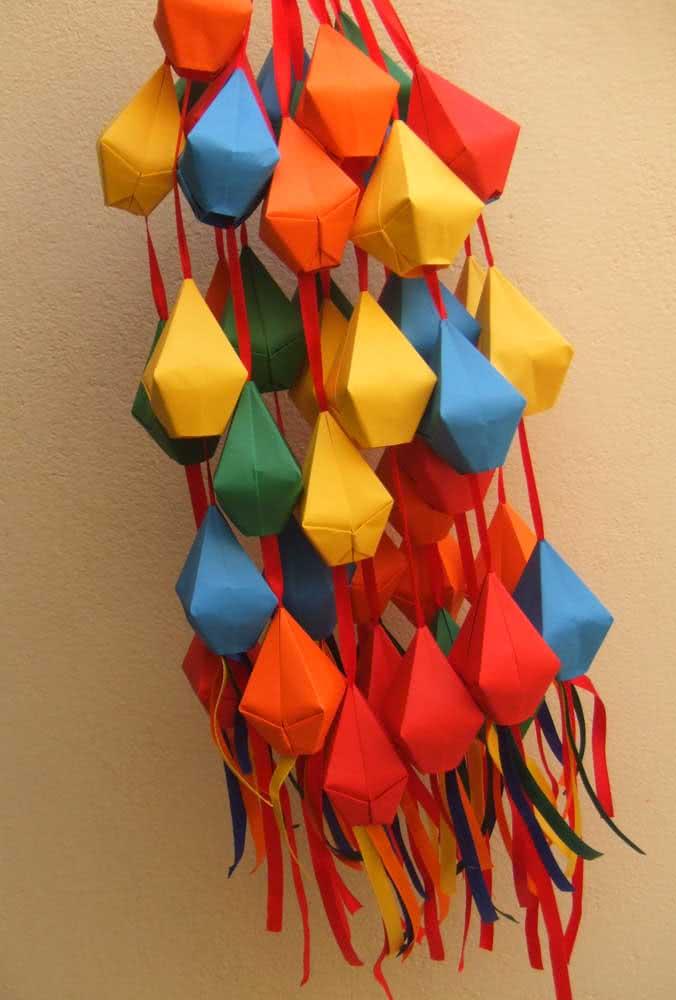 Penduricalho de mini balões juninos para você pendurar onde quiser