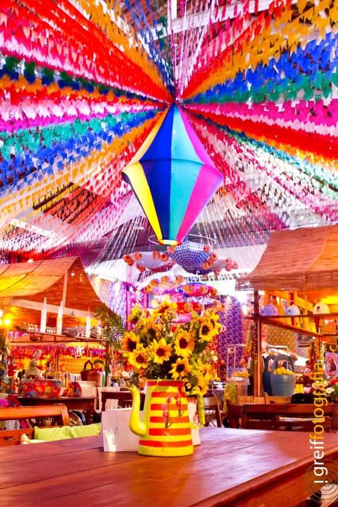 Balão de festa junina grande para destacar o centro do arraiá
