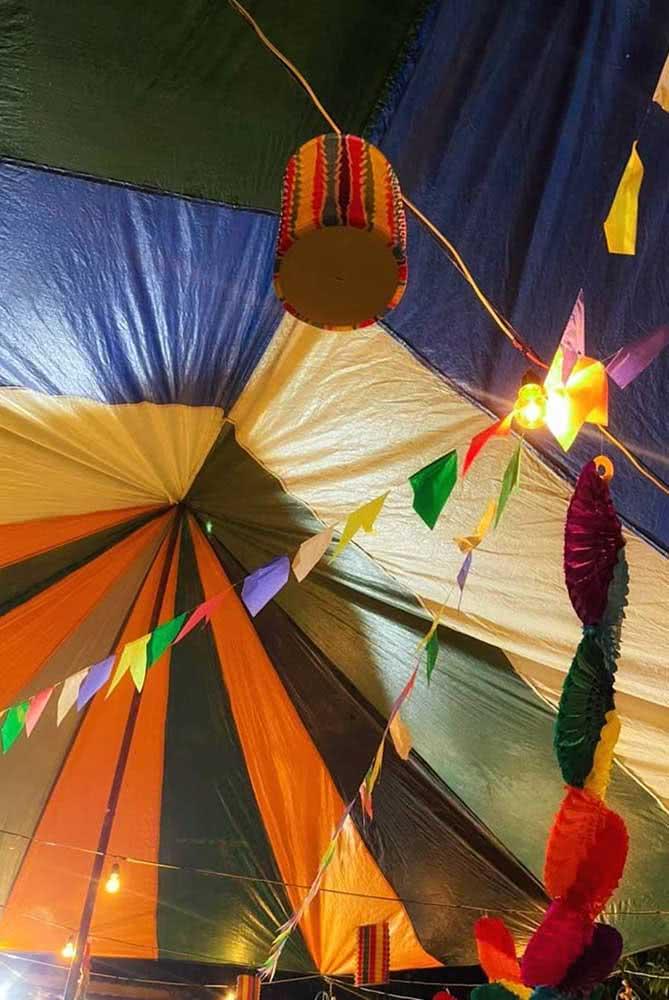 E se a tenda do arraiá for o balão? Basta fazer um modelo gigante!