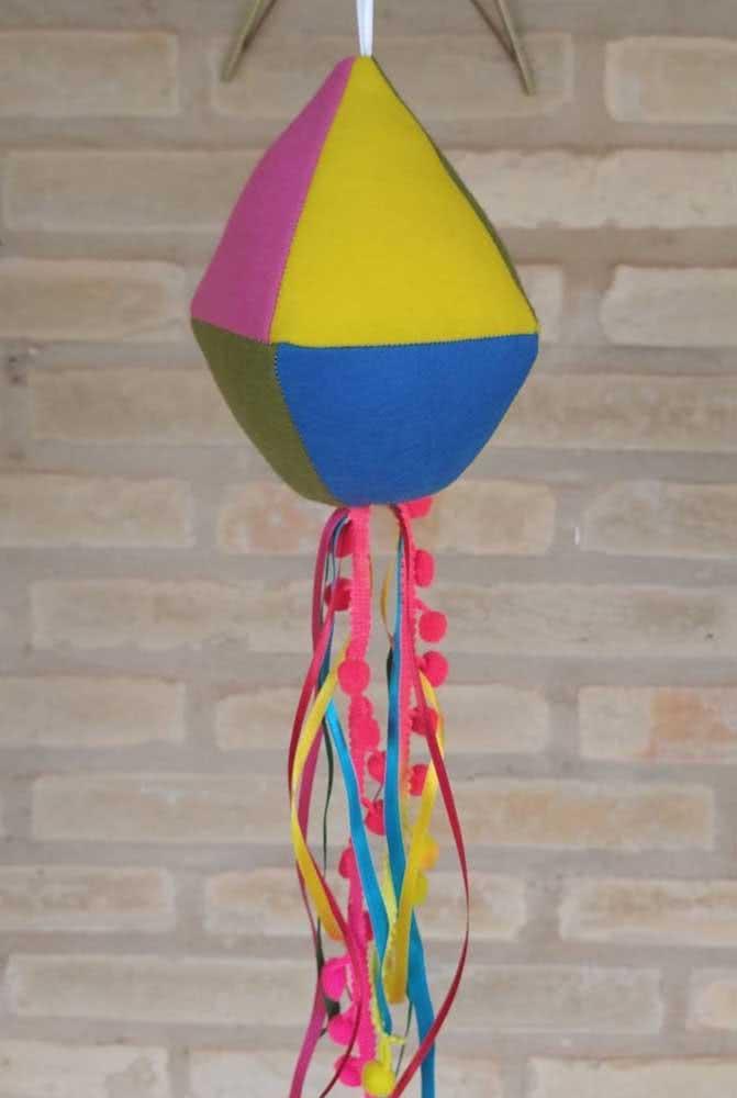 Balão de festa junina em feltro bem colorido como pede a ocasião