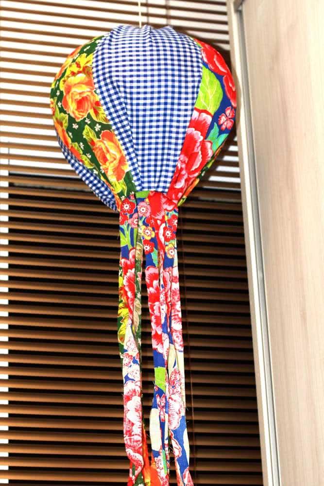 Nada melhor do que um balão de festa junina feito de chita, não é mesmo?