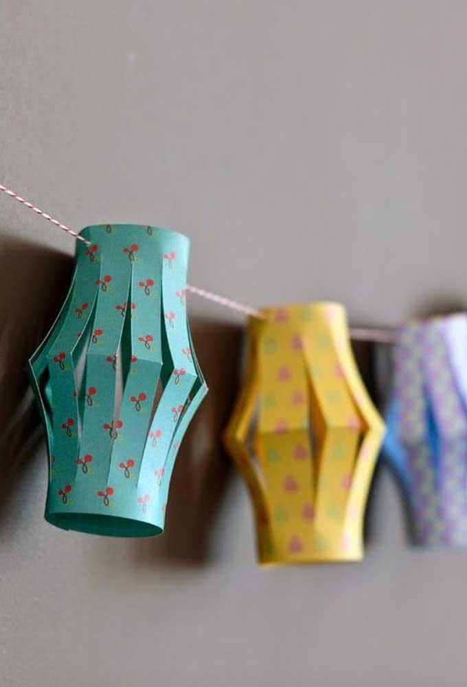 Balão junino em estilo lanterna feito com papel colorido. Uma opção ao balão tradicional