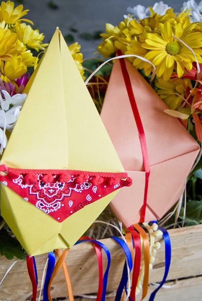 Balões de festa junina de papel para compor a decoração do arraiá com muito charme