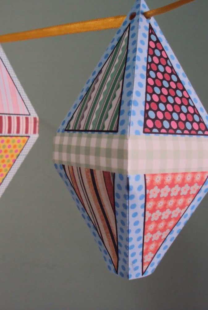 Um varal de balões juninos de papel no lugar das tradicionais bandeirinhas