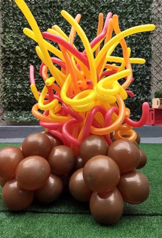 """Já aqui, os balões formam a fogueira """"fake"""" do arraiá"""