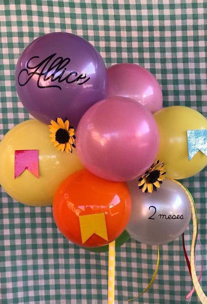 Balões decorados para a festa junina com direito a flores e bandeirinhas