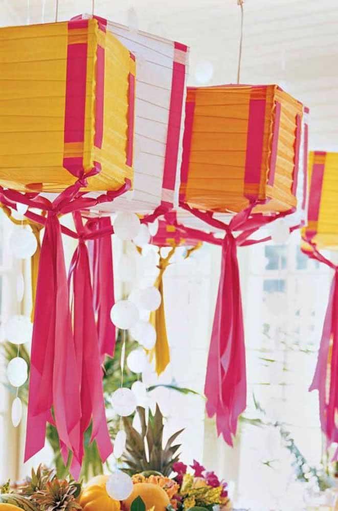 Um mix entre balão de São João com lanternas chinesas