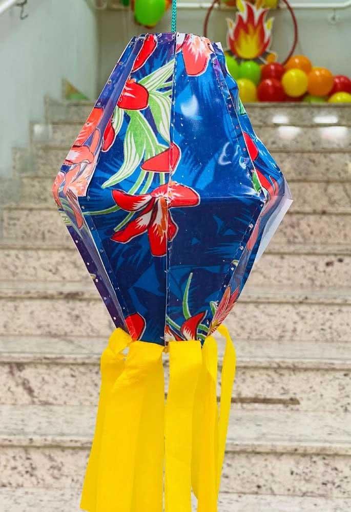 Balão de festa junina de chita com bandeirola: não poderia ser mais tradicional
