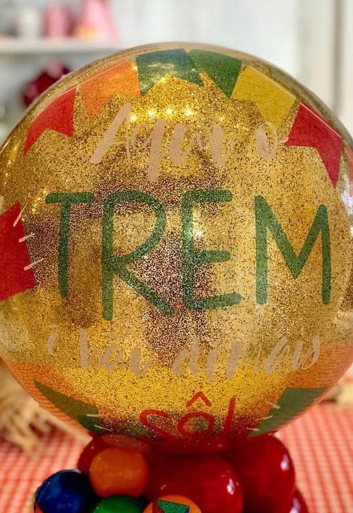 Que tal transformar um balão comum em um balão de festa junina com glitter e tudo mais?
