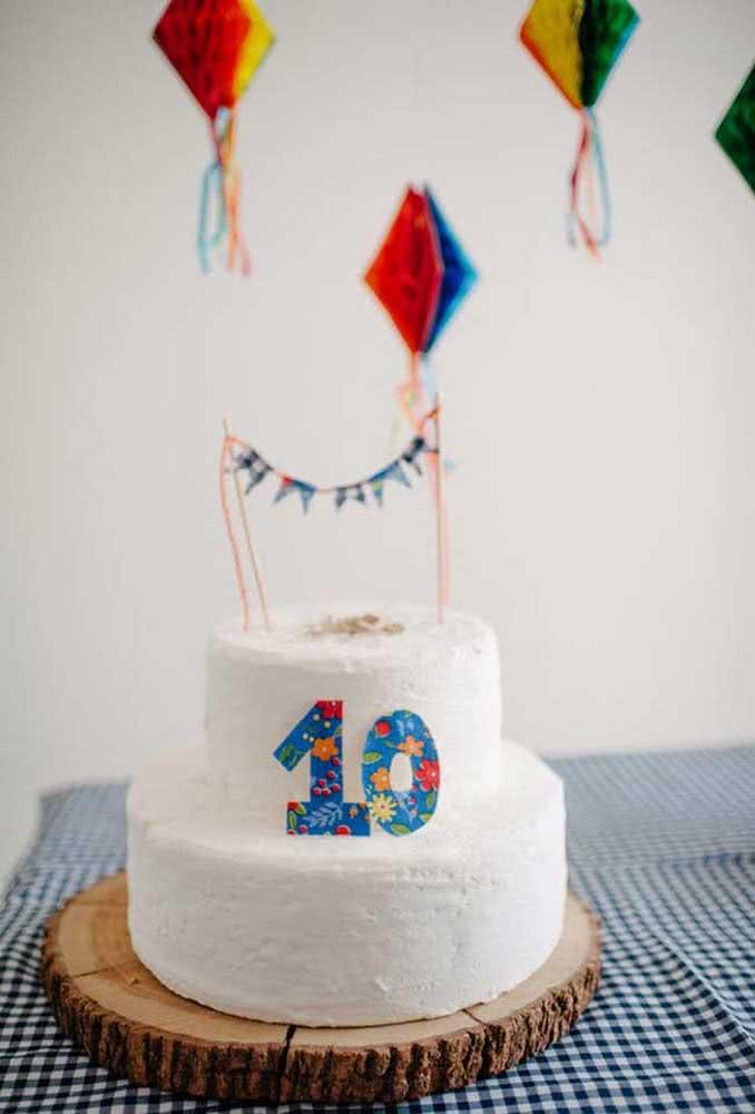 E se o arraiá for de aniversário, faça mini balões juninos para decorar o bolo