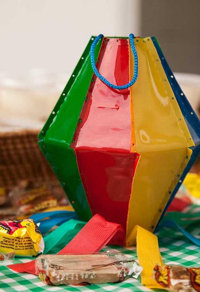 Já aqui, o balão de festa junina virou a sacolinha da lembrancinha