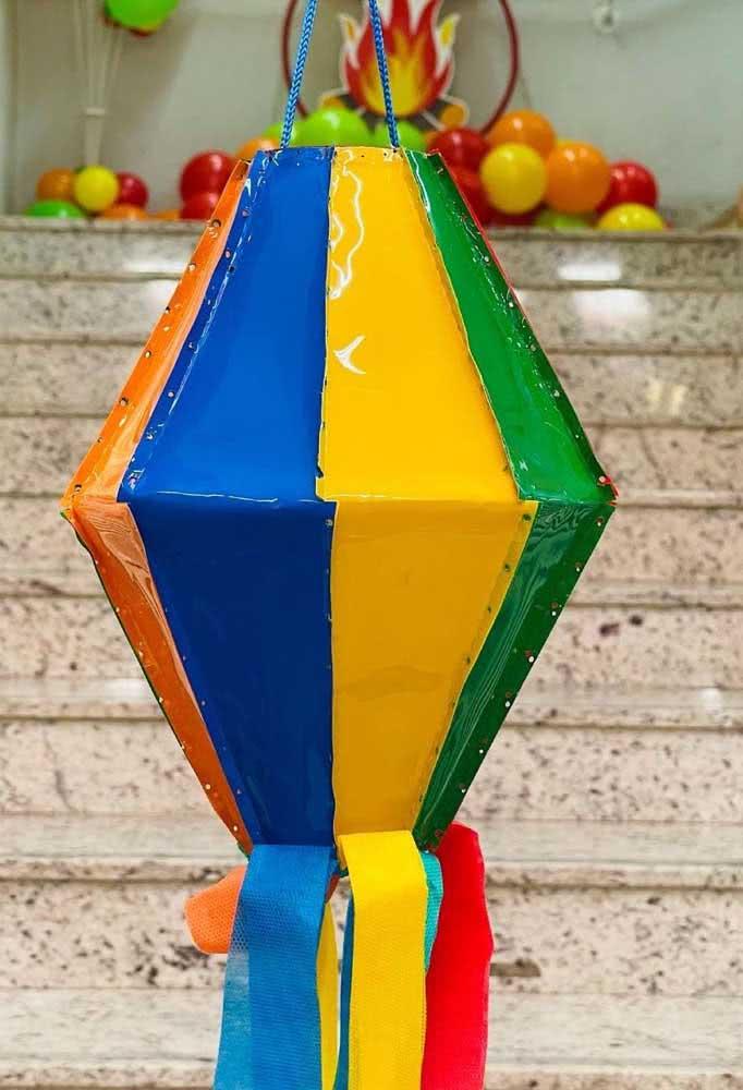 Balão de festa junina de plástico. Aproveite para reaproveitar as embalagens e sacolas que tem em casa