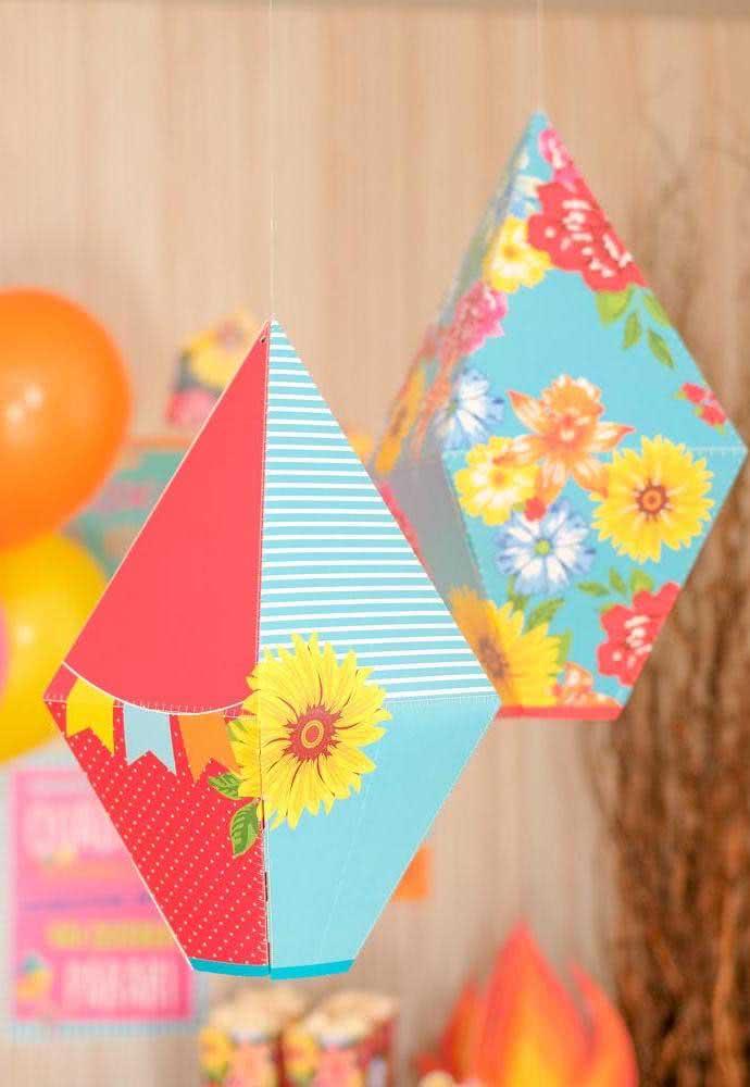 Balão de festa junina em papelão e tecido. As estampas trazem ainda mais alegria para festa