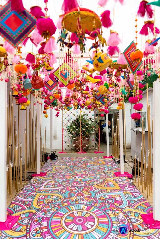 Um hall de entrada decorado com balões coloridos para recepcionar os convidados