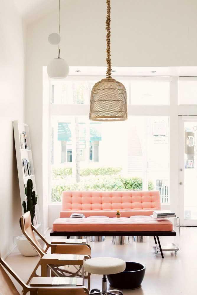 A sala minimalista apostou no sofá coral para se destacar