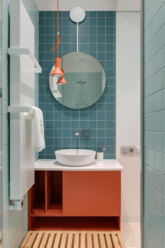 Mas se você deseja um banheiro jovial, a dica é investir no duo coral e azul